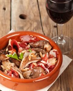 """Recept: """"Tapa"""" champignons met ham en pijnboompitten"""